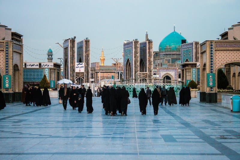 Люди на входе к святой святыне имама Reza стоковые изображения