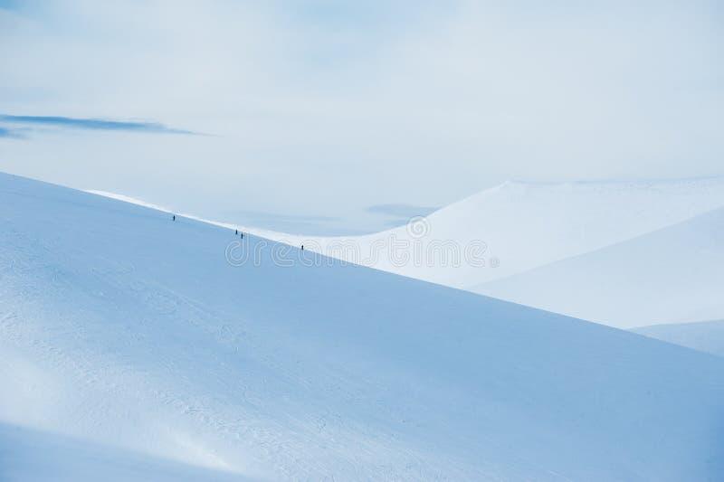Люди на горном склоне стоковые фотографии rf
