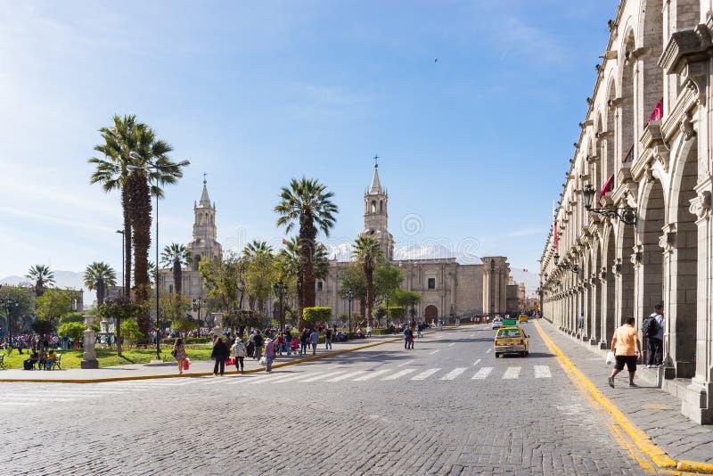 Люди на главной площади и соборе на сумраке, Arequipa, Перу стоковое изображение rf