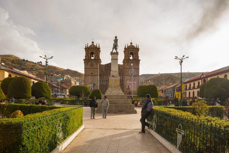 Люди на главной площади и соборе Puno, Перу стоковые изображения rf