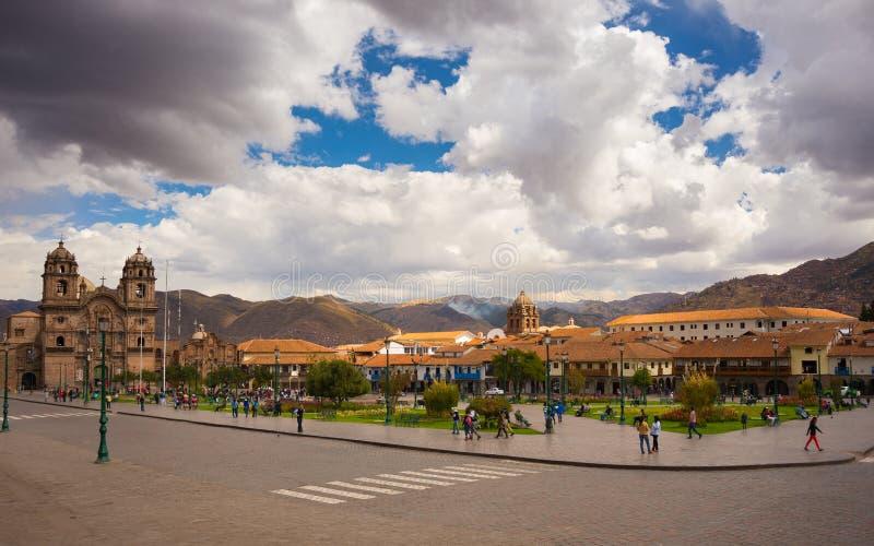 Люди на главной площади на сумраке в Cusco, Перу стоковые фото