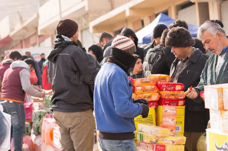 Люди на иракском рынке стоковая фотография