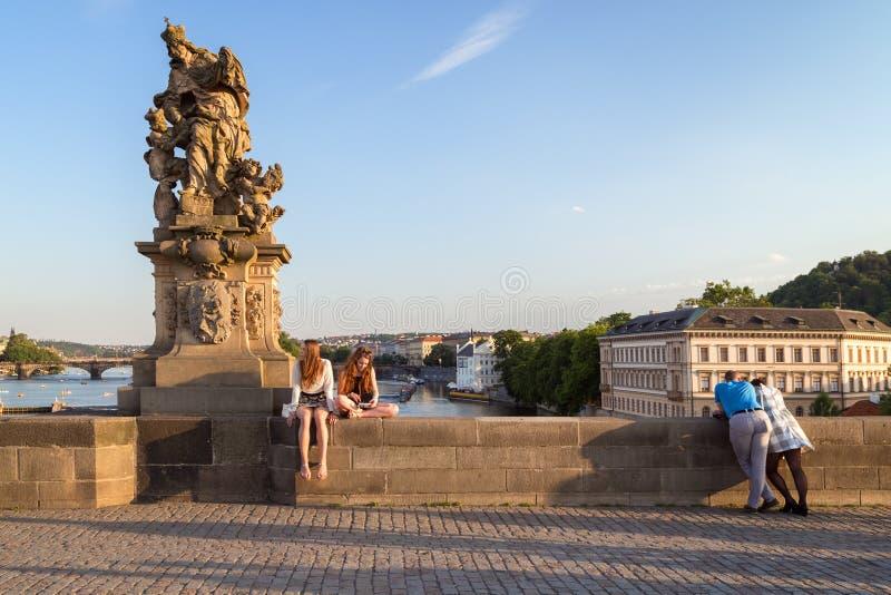 Люди на Карловом мосте в Праге стоковые изображения rf