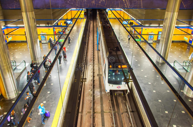 Люди на метро Мадрида, Испании стоковые фотографии rf