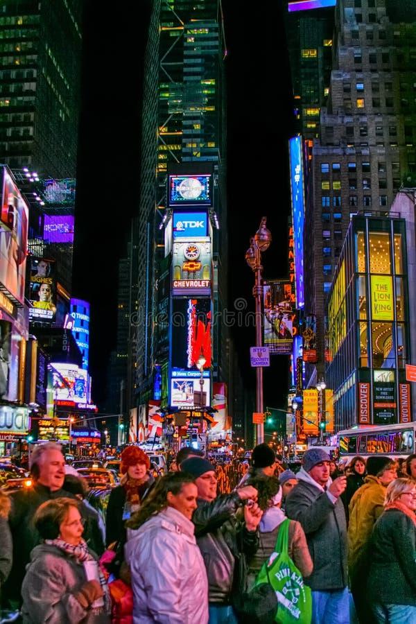 Люди на ноче - красочном Таймс площадь Нью-Йорке c стоковые фотографии rf