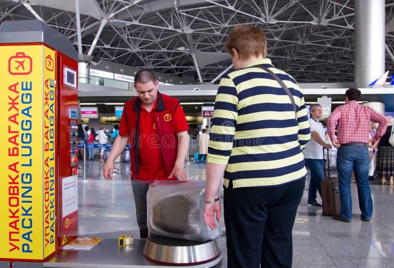 Люди на пакете шкафа багажа на авиапорте Vnukovo, Москве, России стоковое изображение rf