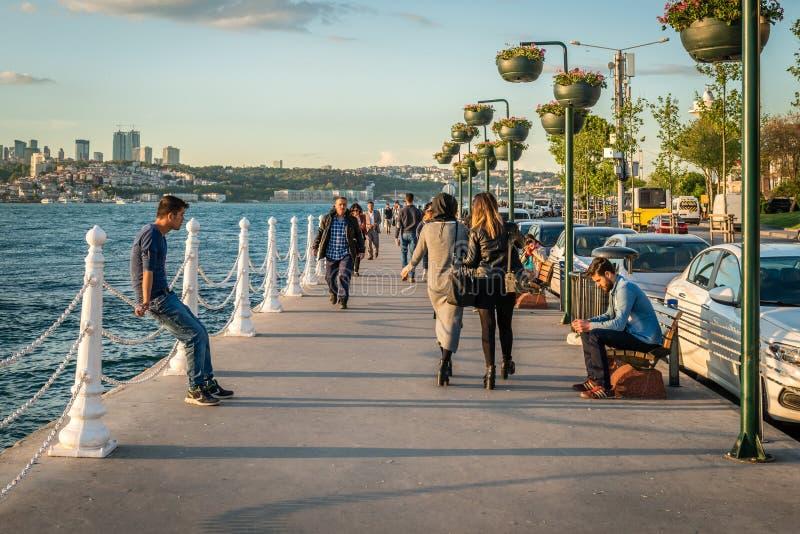 Люди на побережье Bosphorus в Стамбуле, Турции стоковое изображение rf