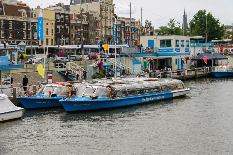Люди на посадке на туристических суднах реки, Амстердаме дока, сети стоковое фото