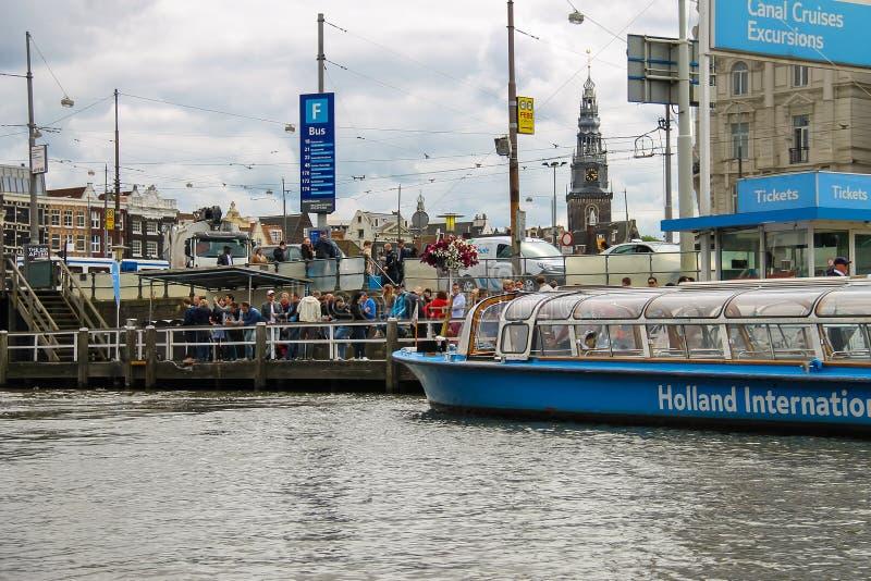 Люди на посадке на туристических суднах реки, Амстердаме дока, сети стоковое изображение rf