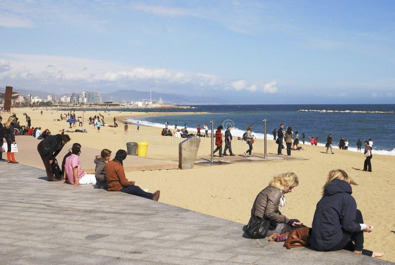 Люди на пляже Барселоны. Испания стоковые фотографии rf