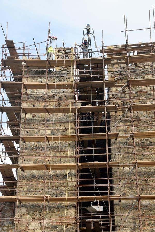 Люди на работе, работники отремонтировали старую крепость стоковые фотографии rf