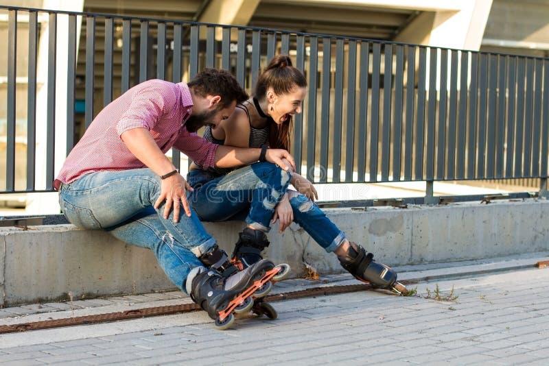 Люди на сидеть rollerblades стоковое фото