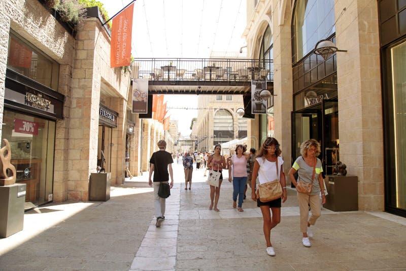 Люди на современном торговом центре Mamilla в Иерусалиме, Израиле стоковое изображение