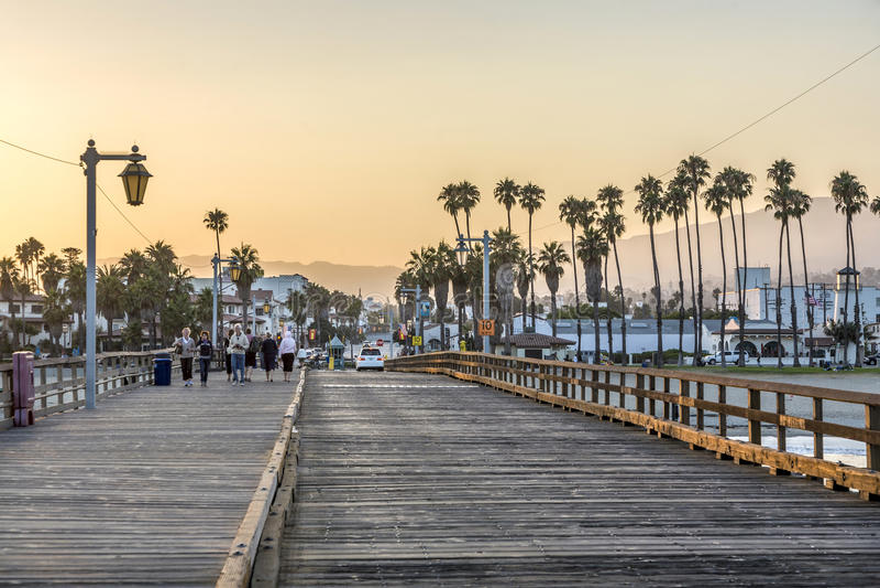 Люди на сценарной старой деревянной пристани в Санта-Барбара в заходе солнца стоковое фото