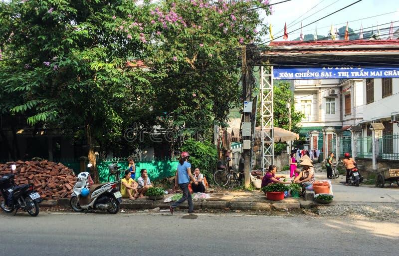 Люди на улице в Thai Nguyen, Вьетнаме стоковые фотографии rf