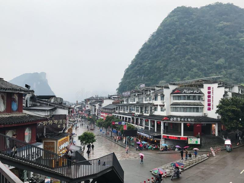 Люди на улице покупок западной в городке Yangshuo стоковое изображение