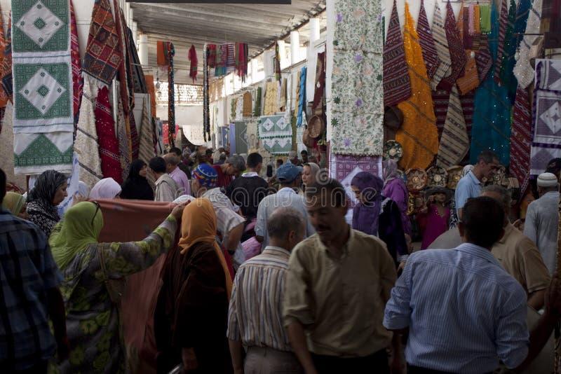 Люди на уличном рынке стоковое изображение