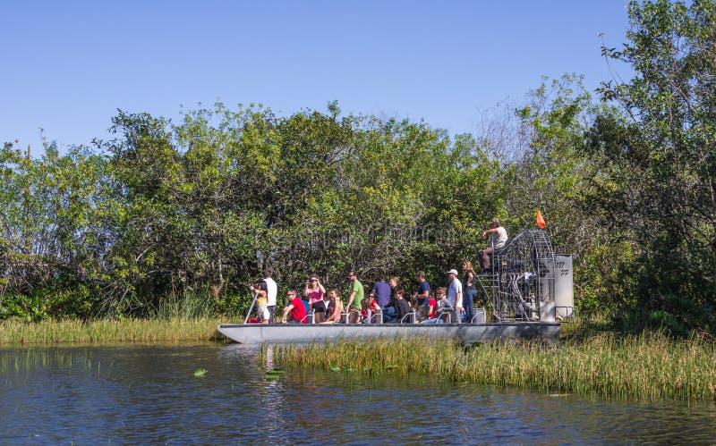 Люди на airboat в болотистых низменностях, Флориде стоковое фото
