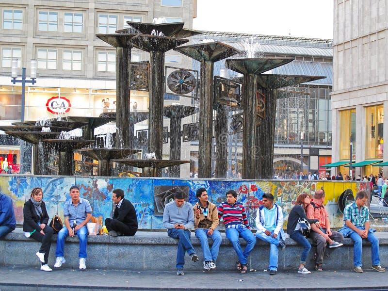 Люди на Alexanderplatz, Берлине стоковое фото rf