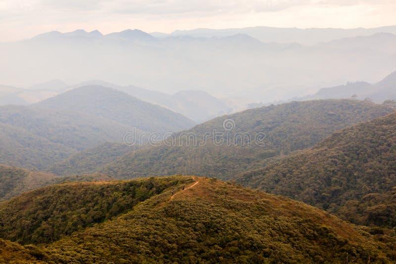 Люди на trekking в горе в южной Бразилии стоковое фото
