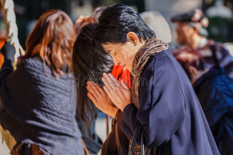 Люди на Yasaka-jinja в Киото стоковые фото