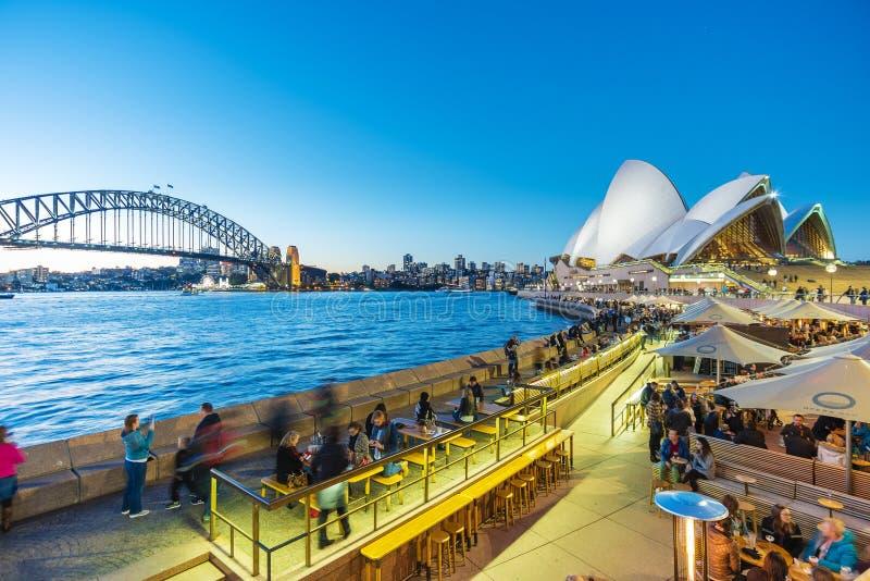 Люди обедая на внешних ресторанах в круговой набережной в Сиднее, Австралии стоковые фотографии rf