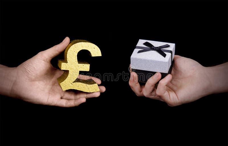 Люди обменивая деньги для подарка стоковые фотографии rf