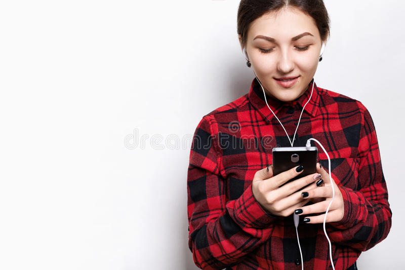 Люди, образ жизни и концепция технологии Портрет привлекательных женских нося наушников Довольно усмехаясь styl подросткового gir стоковые фотографии rf