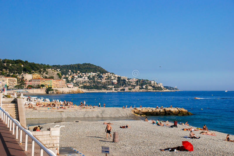 Люди ослабляют на пляжах лазурного побережья в славном, Франции стоковые изображения