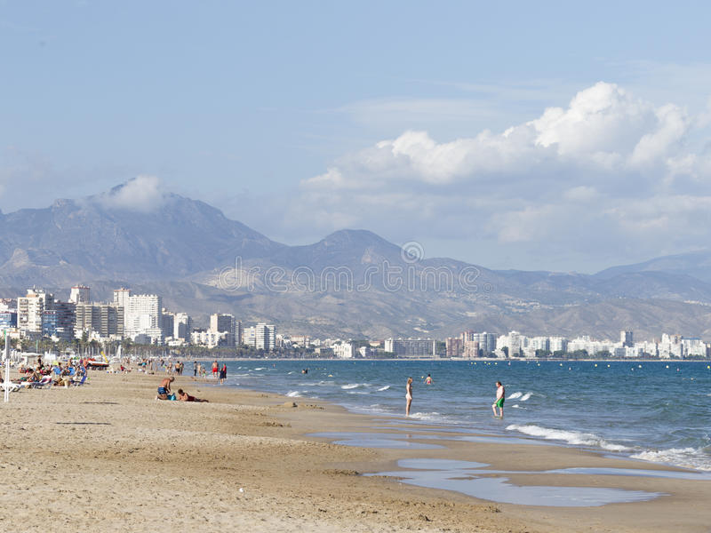 Люди ослабляют на пляже Аликанте стоковые фото