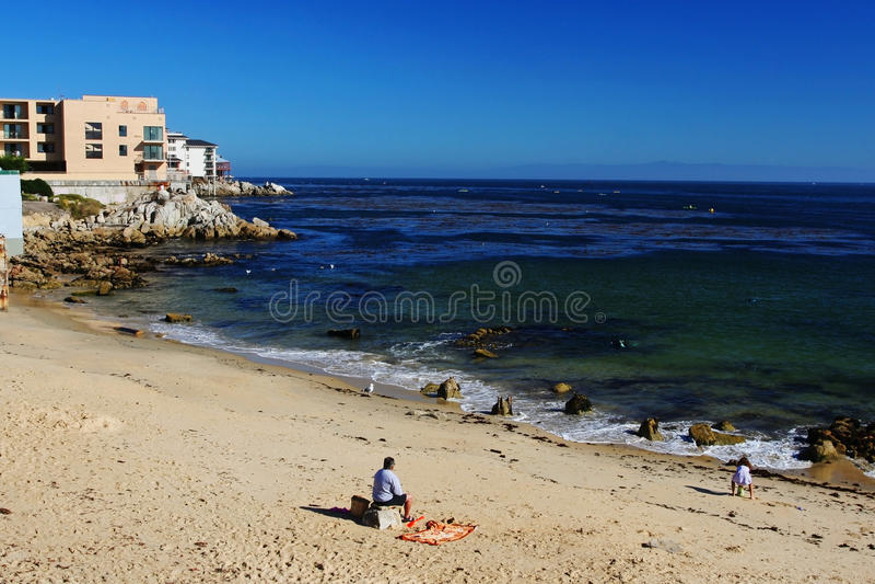 Люди ослабляют на пляже на Тихой океан роще в Монтерей стоковое фото