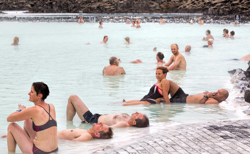 Люди ослабляя, голубая лагуна, Исландия стоковая фотография