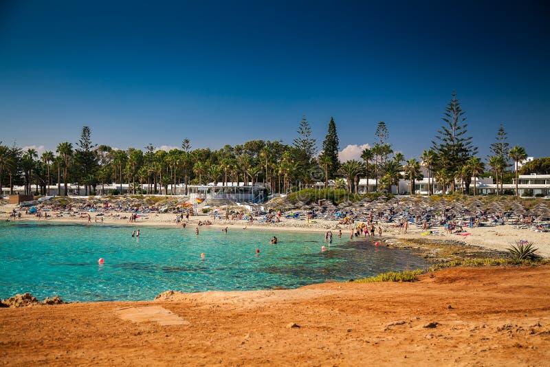 Люди ослабляя на пляже Nissi в Кипре стоковое фото