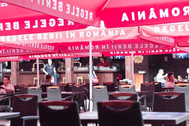 Download Люди ослабляя под красными зонтиками на Restauran винзаводов Ursus Редакционное Фотография - изображение насчитывающей европейско, кафе: 41651137