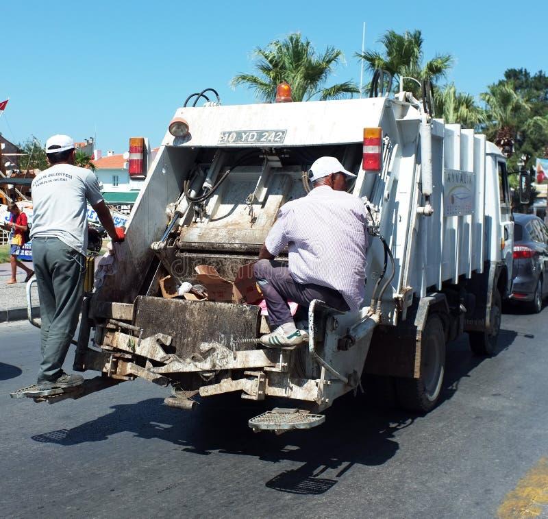 Люди отброса за мусоровозом стоковые фотографии rf