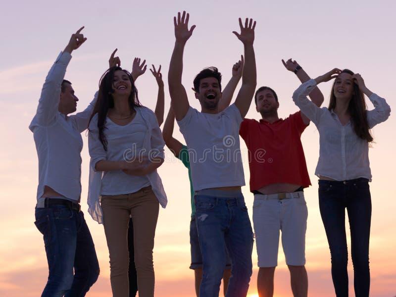 Люди партии на заходе солнца стоковые фото