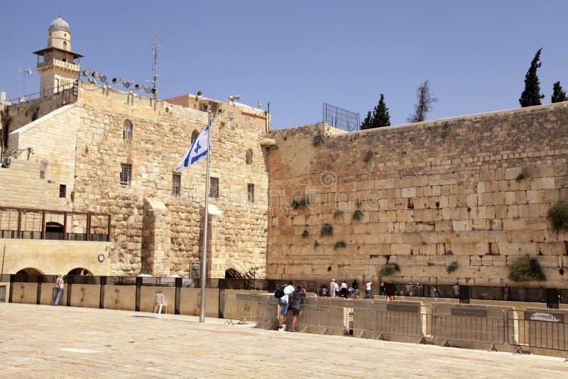 Люди посещая и моля на западной стене в Иерусалиме, стоковая фотография