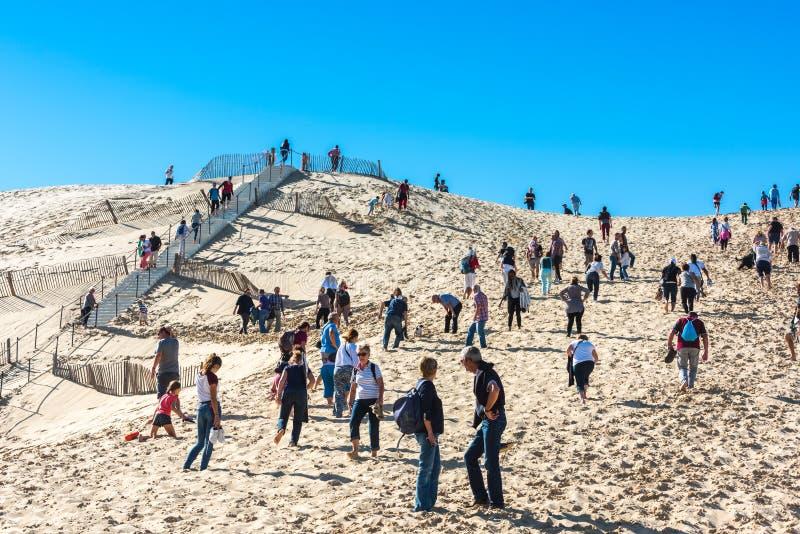 Люди посещая самую высокую песчанную дюну Pyla в Европе стоковое фото rf