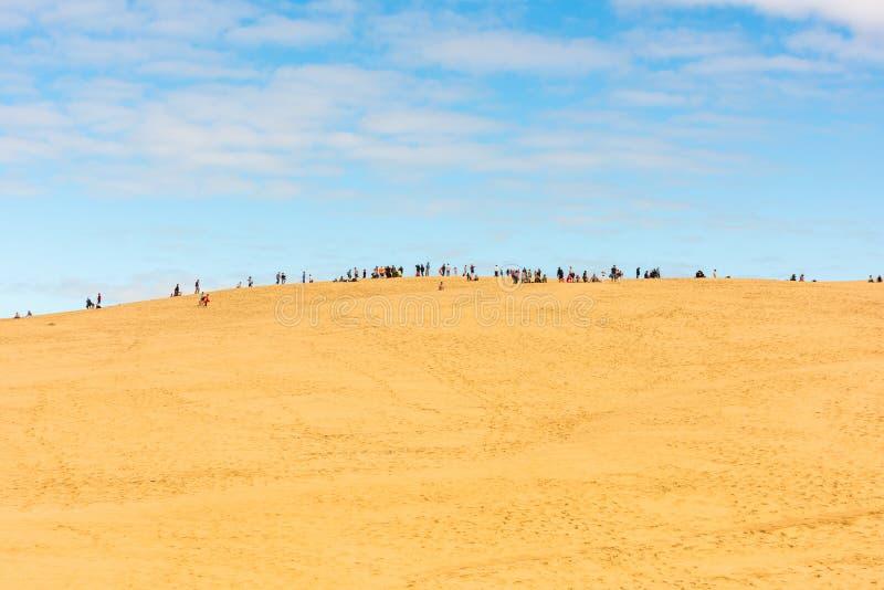 Люди посещая самую высокую песчанную дюну Pyla в Европе стоковое изображение rf