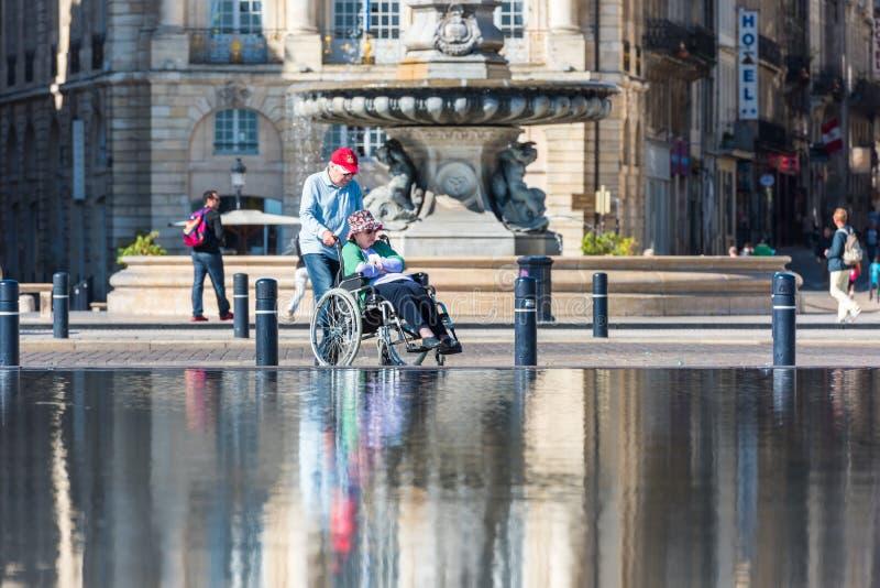 Люди посещая фонтан зеркала в Бордо, Франции стоковые фото