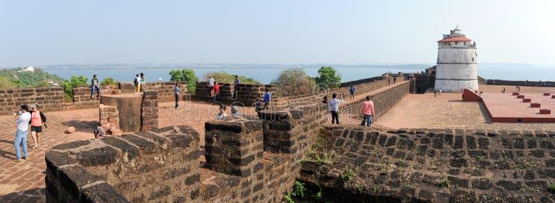 Люди посещая форт Aguada на Goa, Индии стоковое изображение
