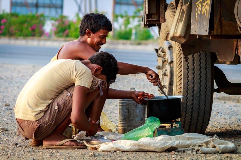 Люди подготавливая его еду (завтрак)