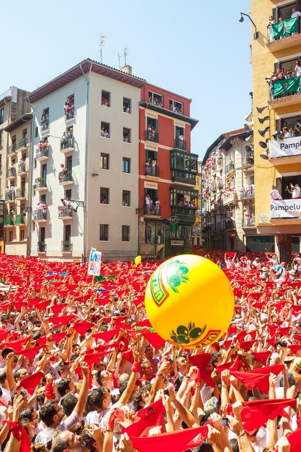 Люди поднимают красную шаль в ждать раскрывать fe Сан Fermin стоковое изображение rf