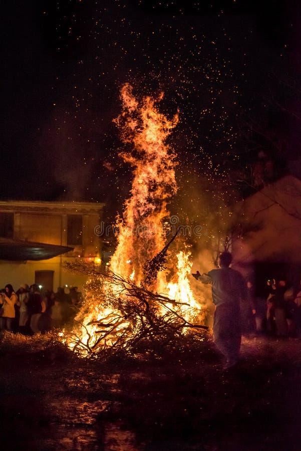 Люди празднуют St. John & x27; s Eve стоковая фотография