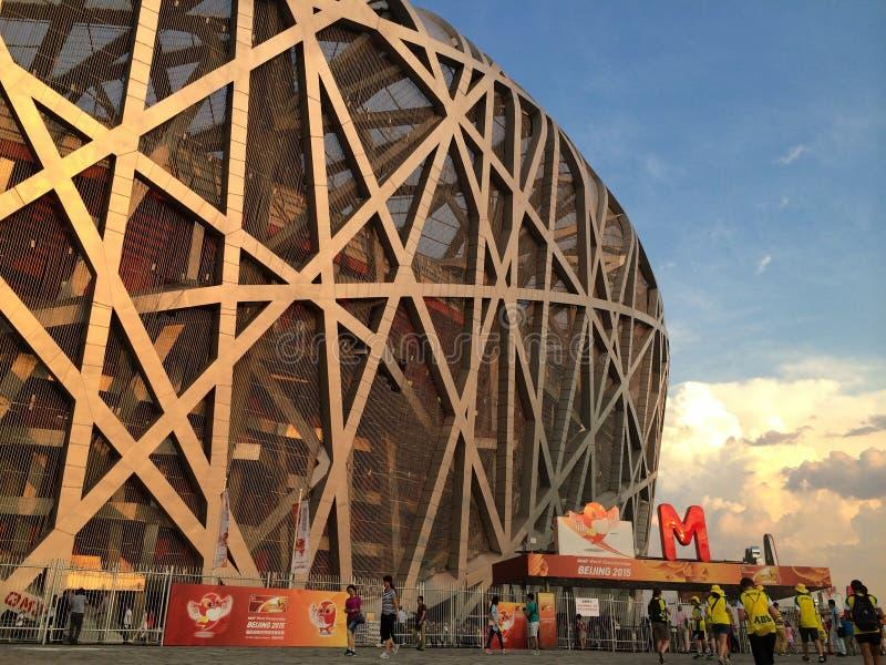 Люди приезжая на гнездо птицы в Пекин для того чтобы наблюдать чемпионаты мира 2015 IAAF стоковое фото rf