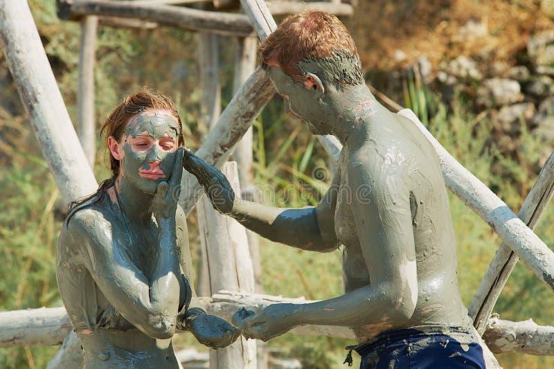 Люди принимают ванну грязи в Dalyan, Турции стоковая фотография