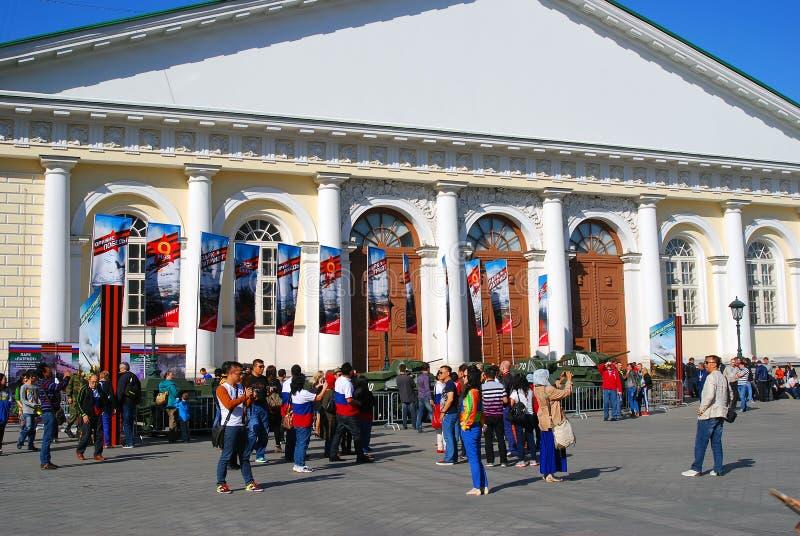 Люди принимают фото старых воинских машин показанных в центре города Москвы стоковые изображения rf