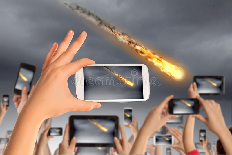 Люди принимая фото метеорита стоковая фотография rf