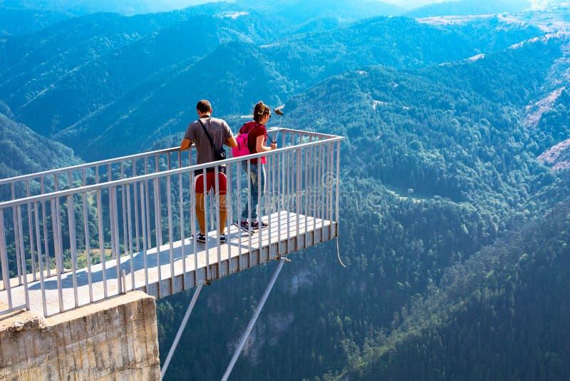 Люди принимая фото на панорамное острое зрение точки зрения горы, Orlovo Oko в Rhodope стоковые фото