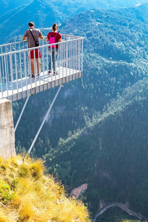 Люди принимая фото на панорамное острое зрение точки зрения горы, Orlovo Oko в Rhodope стоковое фото rf